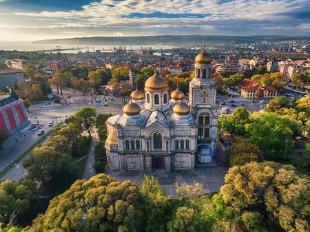 바르나에서 가정 성당 대성당의 공중보기 스톡 콘텐츠