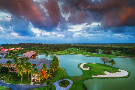 일몰, 도미니카 공화국, 푼 타 Cana에서 열 대 골프 코스의 공중보기