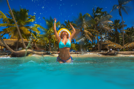 Carefree young woman relaxing on tropical beach Zdjęcie Seryjne - 96566349