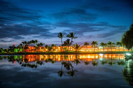 Tropischer Golfplatz bei Sonnenuntergang, Dominikanische Republik, Punta Cana