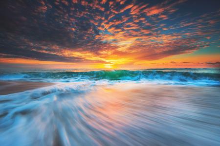 Hermoso celaje sobre el mar, tiro del amanecer