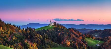 De kerk van Saint Leonard staat op de kerkheuvel in de buurt van het dorp Crni Vrh.