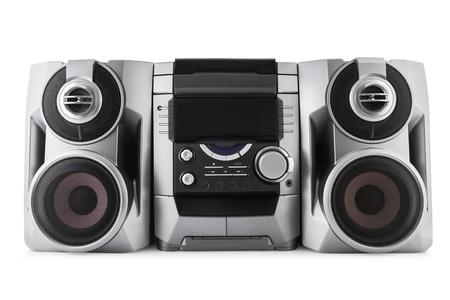 Lettore cd e cassette stereo compatto del sistema isolato con il percorso di residuo della potatura meccanica su fondo bianco.