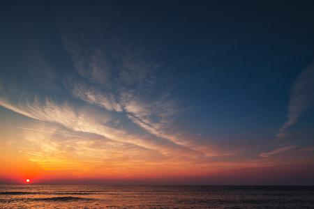 Hermoso celaje sobre el mar, tiro al amanecer