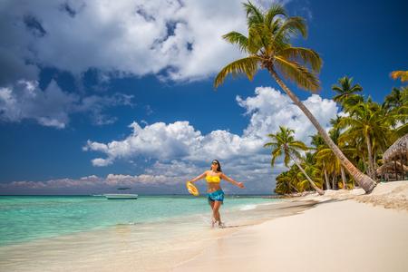 Wyspa w tropikach. Szczęśliwa dziewczyna ciesząc się tropikalną piaszczystą plażą, Punta Cana, Dominikana Zdjęcie Seryjne