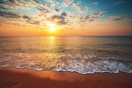 Hermoso amanecer sobre el mar tropical.