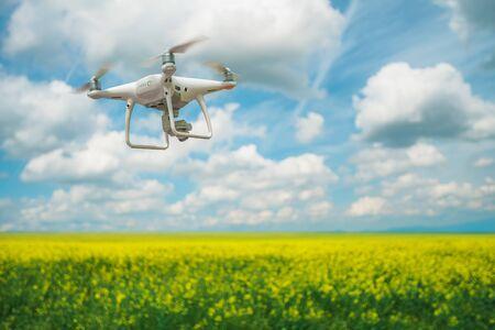 Flying drone sobre el rapseed en primavera Foto de archivo