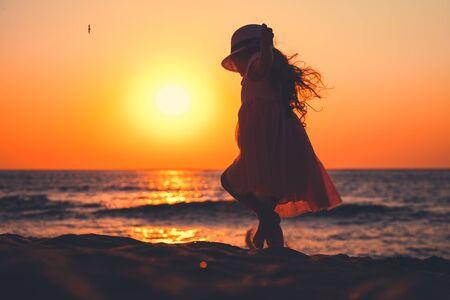 Little girl playing on the beach. Standard-Bild - 134664175