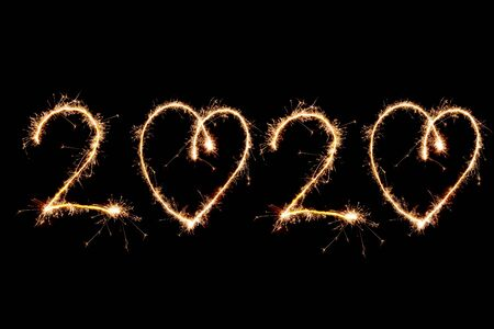 2020 escrito con fuegos artificiales Sparkle sobre fondo negro, concepto feliz año nuevo 2020.