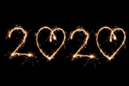 2020 geschrieben mit Sparkle-Feuerwerk auf schwarzem Hintergrund, Frohes neues Jahr 2020-Konzept.