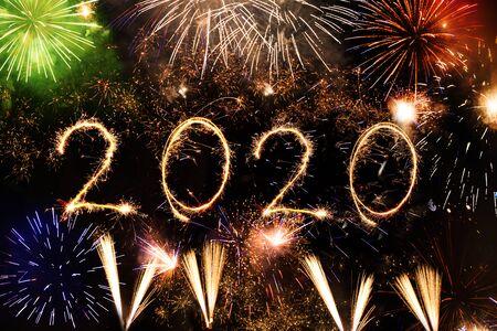 검은 배경에 폭죽으로 만든 2020