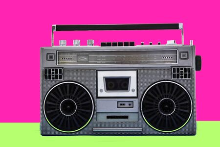 1980er Jahre Silberne Retro-Radio-Boom-Box auf farbigem Hintergrund.