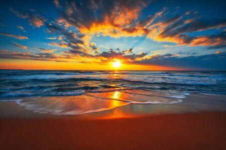 Lever du soleil sur la plage et les vagues de l'océan sur une mer tropicale