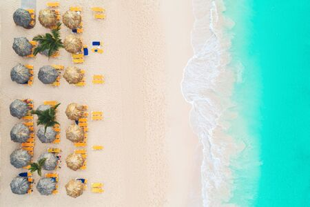 Aerial top view on the beach. Umbrellas, sand and sea waves Banque d'images