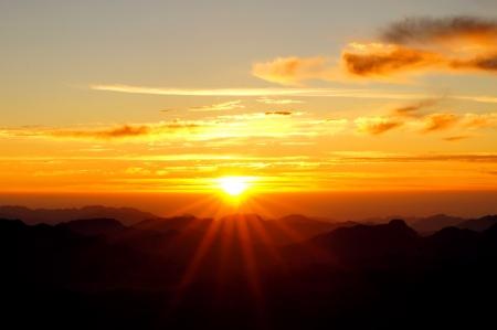 monte sinai: Salida del sol sobre el monte Sina� en Egipto Foto de archivo