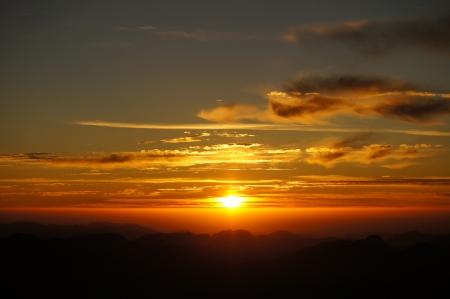 Ein schöner Sonnenaufgang in den Bergen