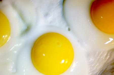 huevos fritos: Huevos fritos de tres huevos Foto de archivo