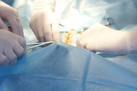 operante: Guarda le procedure chirurgiche del campo operatorio e chirurghi della mano Archivio Fotografico