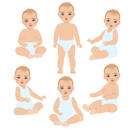 Sertie de bébé mignon en costume léger et couche-culotte. L'enfant est la première année de la naissance. Bébé assis et debout isolé sur fond blanc.