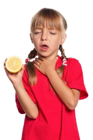 toser: Niña con limón