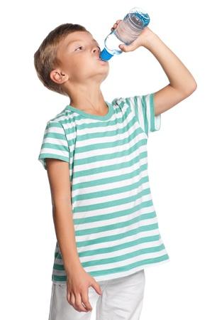 Garçon avec bouteille d'eau