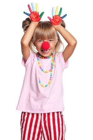 Bambina con il naso da clown