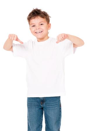 White T-shirt su un ragazzo carino, isolato su sfondo bianco Archivio Fotografico