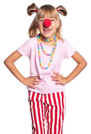 nariz roja: Retrato de niña feliz con la nariz roja de payaso aislado sobre fondo blanco Foto de archivo