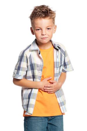 dolor de estomago: Muchacho sosteniendo su estómago con las manos, aislados en fondo blanco