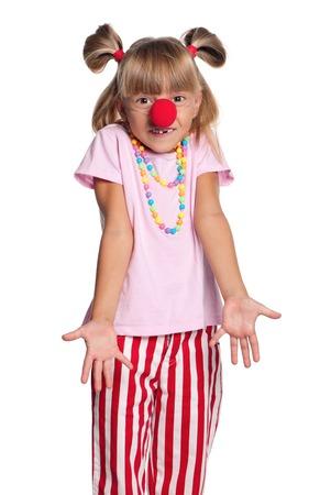 nariz roja: Niña con nariz de payaso rojo aislado sobre fondo blanco Foto de archivo