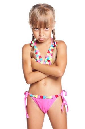 ragazza in costume da bagno bambina infelice in costume da bagno isolato su sfondo bianco
