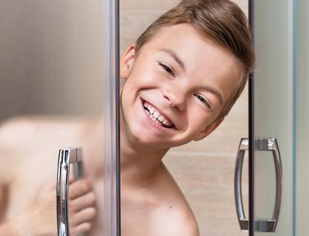 Kleines Kind Junge Im Weißen Abgedeckt Blendet Raus Aus Der Dusche
