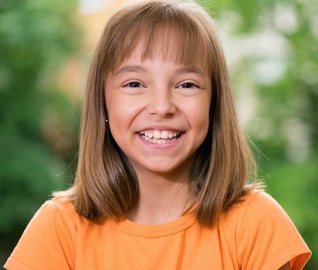 niño modelo: Feliz blanca pequeña niña que se divierten en el parque Foto de archivo