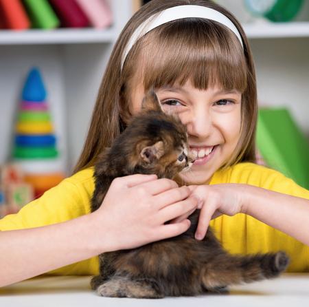 mimbre: Retrato de la niña hermosa con el gatito lindo