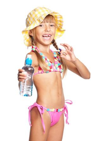 maillot de bain fille: Bonne petite fille en maillot de bain avec une bouteille d'eau montrant ok, isolé sur fond blanc