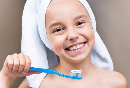 niña dientes en el baño cepillándose sonriendo