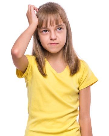 bambini pensierosi: Casual pensiero ragazza - caucasica modello femminile. Mezza lunghezza ritratto emotivo del bambino che porta maglietta gialla. ragazzo riflessivo, isolato su sfondo bianco. Belle intelligenti gravi figli riflettere. Archivio Fotografico