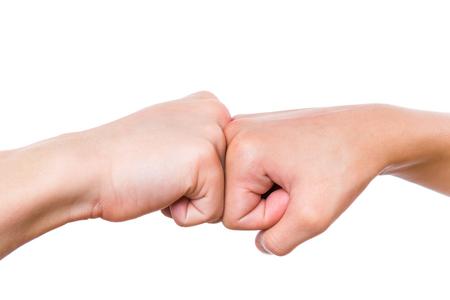 Nahaufnahme Hände von Jungen und Mädchen schlagen ihre Fäuste. Fauststoß lokalisiert auf weißem Hintergrund.