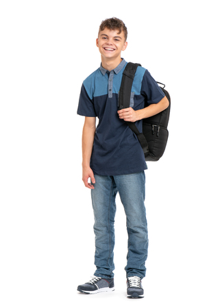 Volledig lengteportret van jonge student met schooltas. Tiener lacht en kijkt naar de camera. Gelukkige tienerjongen, die op witte achtergrond wordt geïsoleerd. Stockfoto