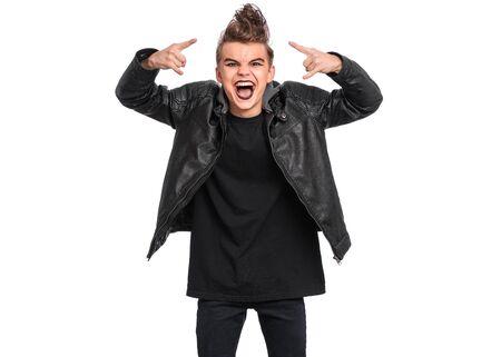 Crazy teen boy avec maquillage effrayant faisant Rock Gesture, isolé sur fond blanc. Adolescent de style punk goth vêtu de noir criant et criant et faisant du heavy metal rock signe.