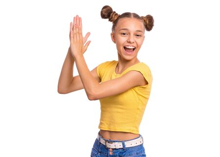 Portrait émotionnel d'une adolescente souriante caucasienne frappant des mains. Enfant heureux joyeusement, fond blanc isolé. Belle adolescente drôle donnant des applaudissements.