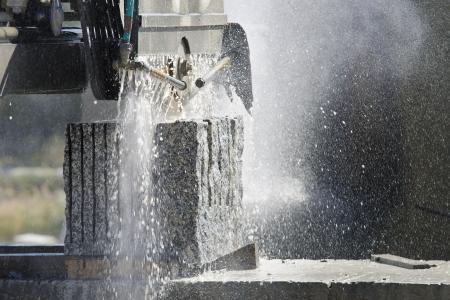 machine snijden van een granieten blok