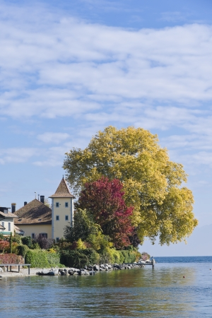 Blick auf den Genfer See und das Dorf Saint-Prex in der Schweiz
