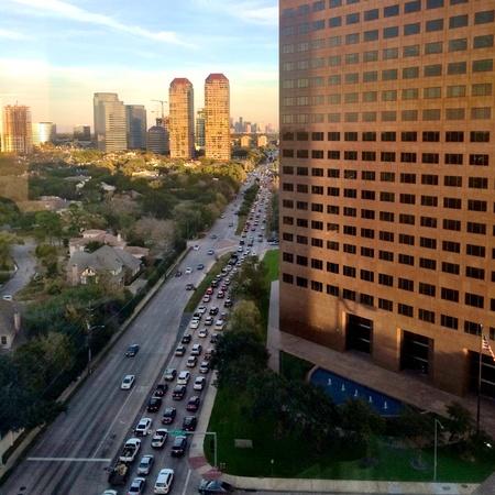 Heavy traffic at rush hour on San Felipe Street from Houstons Uptown towards I610 Loop Фото со стока