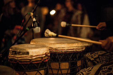 Drumsticks on djembe, recorded by a microphone during a live performance in front of a crowd Imagens