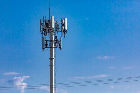 Vue en contre-plongée d'une tour de site cellulaire pour la diffusion de données mobiles et de signaux de communication, généralement associés à la pollution par les champs électromagnétiques ou les champs électromagnétiques.