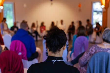 Nella foto di spalle in un centro sanitario alternativo