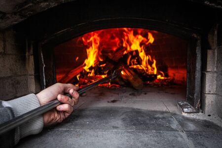 Fotografías tomadas durante un taller de elaboración de pan y pizza con muchas personas de todas las edades y generaciones. Imágenes tomadas al aire libre alrededor de un horno de pan, una fogata y alrededor de hermosos colores otoñales