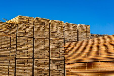 De gros tas de planches de bois scié et transformé sont vus dans une cour de scierie. Industrie lourde dans les Kootenays de la Colombie-Britannique, Canada. Avec espace copie Banque d'images