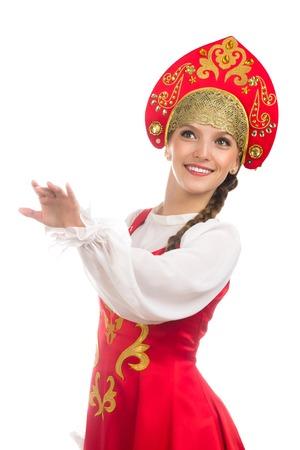 schöne lächelnde russische Mädchen in Volkstracht auf weiß isoliert